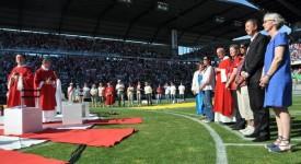 20.000 catholiques remplissent un stade de foot
