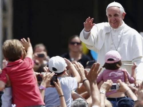Pape-François-Foule-enfants