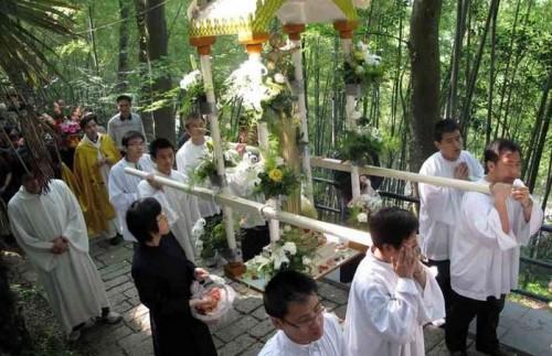 Chine-catholique-procession-Mai