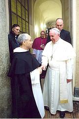 Le fr. Bruno Cadoré, maître de l'Ordre, accueille François
