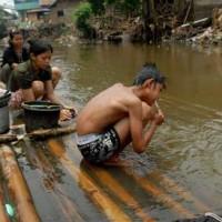 L'eau polluée de la rivière Citarum est devenue un vecteur de maladie pour les 25 millions de personnes dans l'ouest de Java qui comptent sur elle pour l'eau potable et l'irrigation.
