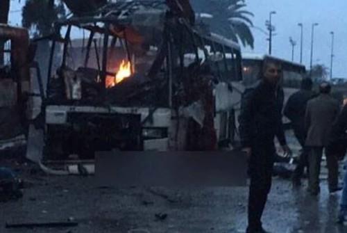 Photo postée sur Twitter après l'attentat sur le bus de la sécurité présidentielle à Tunis