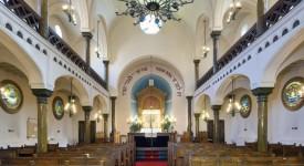 Mgr Delville en visite à la synagogue de Liège