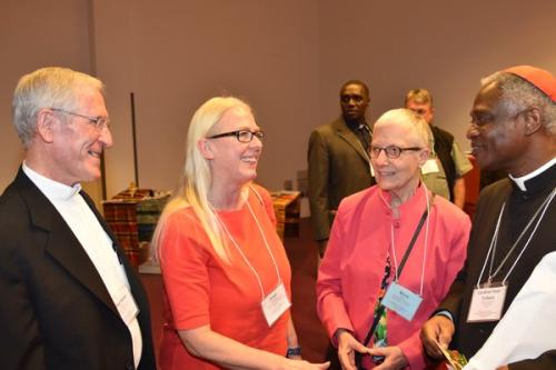 Le Président du Conseil Pontifical Justice & Paix, le Cardinal Peter Turkson (à droite) avec les co-Présidents Mgr Kevin Dowling (à gauche) et Me Marie Dennis (deuxième de droite) et la Secrétaire générale Greet Vanaerschot (deuxième de gauche) de Pax Christi International.