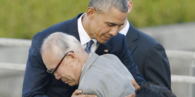Le président Obama prend un rescapé dans ses bras
