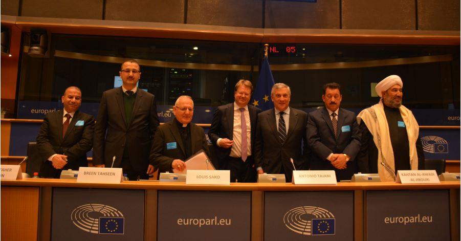 (de gauche à droite) Ameer Taher Hussein (bureau législatif du gouvernement irakien), Breen Tahseen (chef religieux yézidi), Louis Raphaël I Sako (Patriarche de Babylone des Chaldéens), Jan De Volder (Communauté de Sant'Egidio), Antonio Tajani (Premier Vice-Président du Parlement européen), Kahtan Al-Awadi Al-Jibouri (Président du Comité Suprême de Réconciliation National en Irak) et Mahmood Khalaf Jarad Al-Isawi (cheikh sunnite).