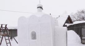 En Sibérie, un homme construit une église en neige