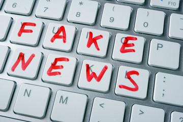 """Le pape François appelle à lutter contre les """"fake news"""""""