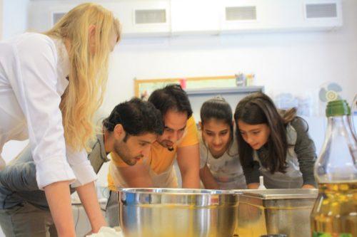 Les r fugi s du petit ch teau montrent leurs talents de for Atelier cuisine bruxelles