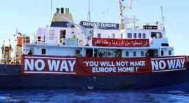 Le bateau anti-migrants en rade en Méditerranée