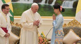 Devant le pape, Aung San Suu Kyi appelle la Birmanie à la patience et au courage