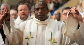 Le prêtre rwandais Munyeshyaka acquitté par la justice française