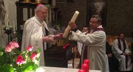 Un cierge de Pâques et de l'année de la Miséricorde pour l'aumônier Gaillard de l'aéroport