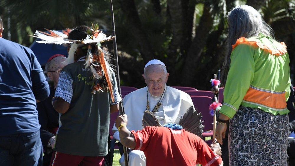 """""""Querida Amazonia"""",Le pape François dans les jardins du Vatican, en présence de peuples amazonien © Vatican News"""