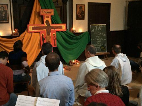 A l'issue de la rencontre de frère Alois avec les jeunes, un temps de prière a été partagé dans la chapelle du Poverello.