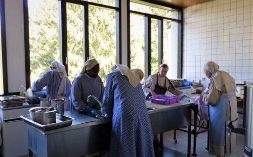 Séance vaisselle avec les sœurs religieuses de Rixensart