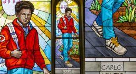Le bienheureux Carlo Acutis a été immortalisé dans un vitrail contemporain. Le jeune bienheureux italien a été représenté vêtu tel un adolescent de son temps: blaser rouge, jeans et basket blanches, sac au dos. Carlo Acutis est en train de marcher et arbore un sourire franc.