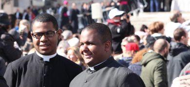 Le col romain, de vigueur dans l'église catholique, reste porté par des prêtres de toutes les générations