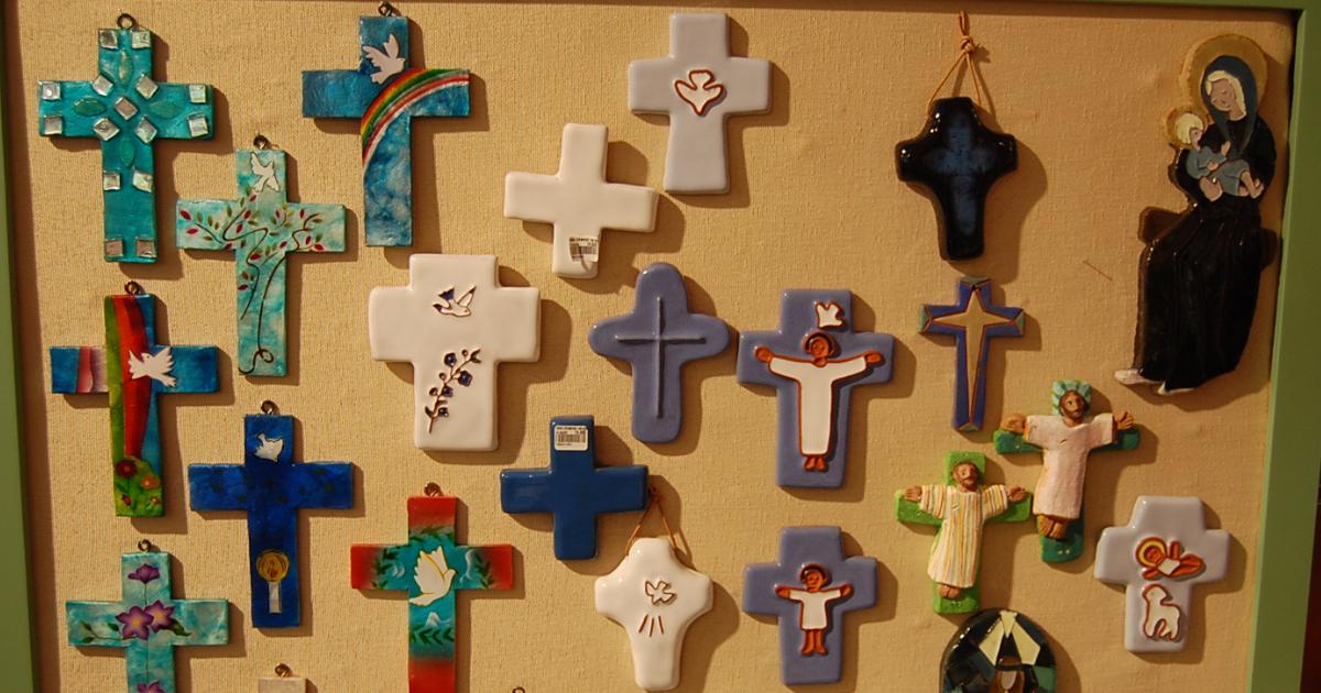 Ensemble de croix en vente à l'UOPC de Bruxelles ©UOPC